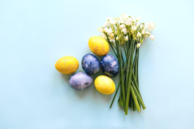 Wielkanocny układ z jajkami i bukiet śnieżyczki obraz royalty free