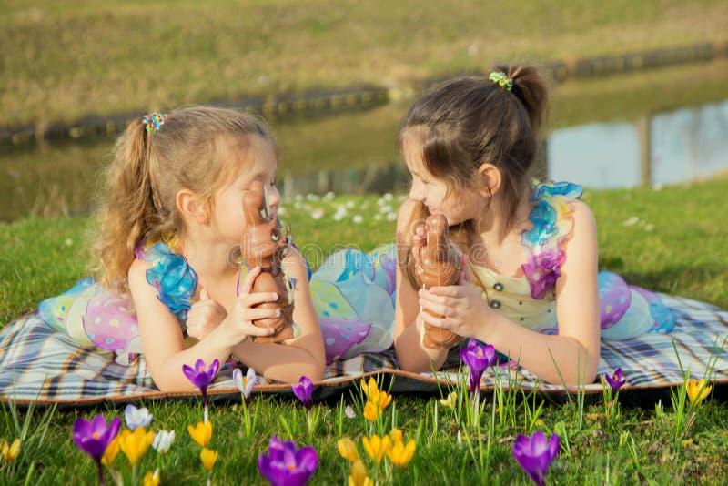 Wielkanocny wakacje pojęcie Dzieci szukają Wielkanocnego czekoladowego królika i znajdują zdjęcie royalty free