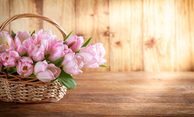 Wielkanocny wakacyjny kosz z pięknymi różowymi tulipanami obraz royalty free