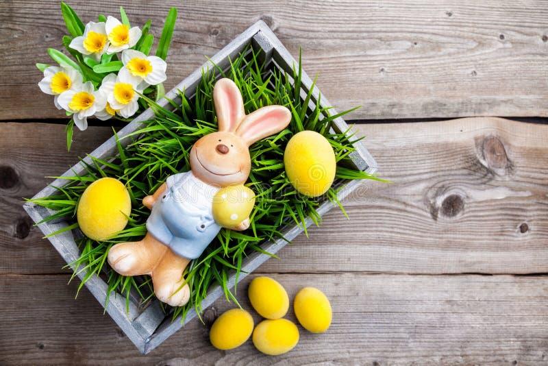 Wielkanocny wakacyjny królik z jajkami i kwiatami fotografia stock