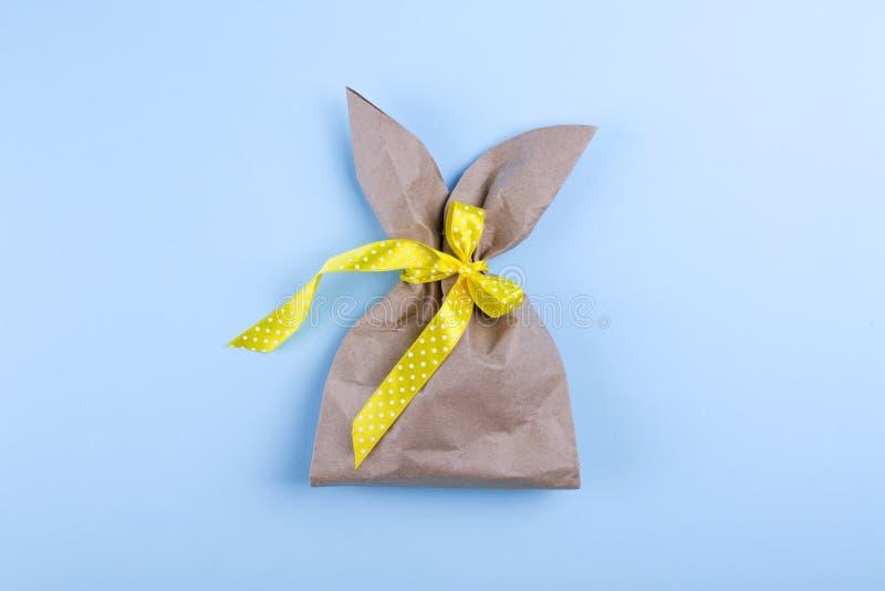Wielkanocny wakacyjny tło z rzemiosło papieru pakunkiem w formie królika Mieszkanie nieatutowy zdjęcia stock
