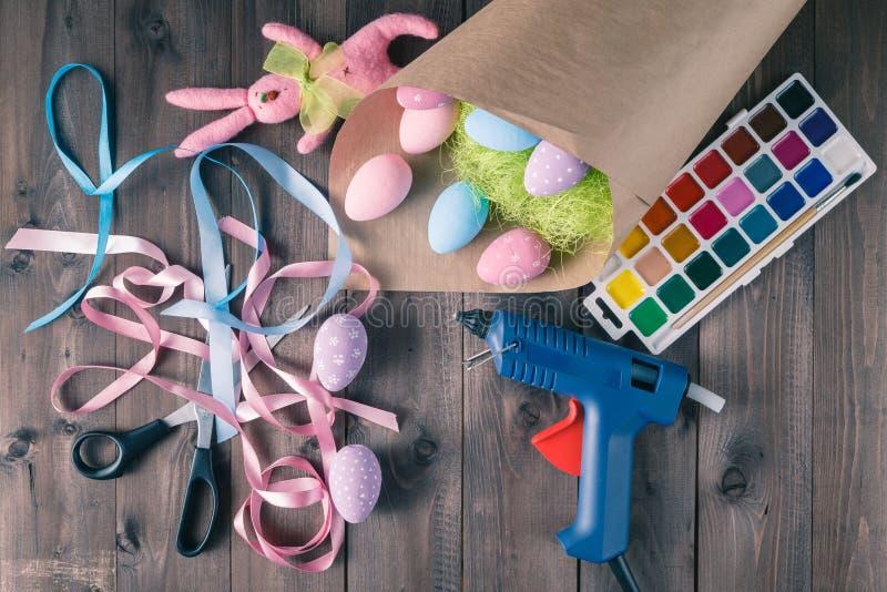 Wielkanocnych jajek dekoracja handmade, domowej roboty kobieta czasu wolnego pojęcie zdjęcia royalty free