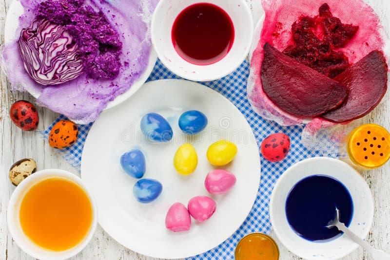 Wielkanocnych jajek dekoracja od naturalnego barwidła z ćwikłowym turmeric i r zdjęcia stock