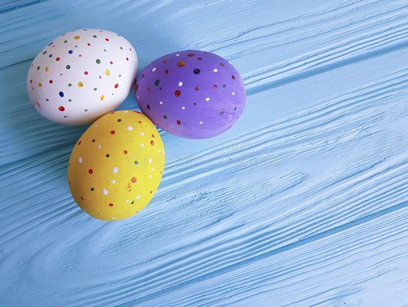 Wielkanocnych jajek grupa na błękitny drewnianym w pojęcie nieociosanym projekcie zdjęcia stock