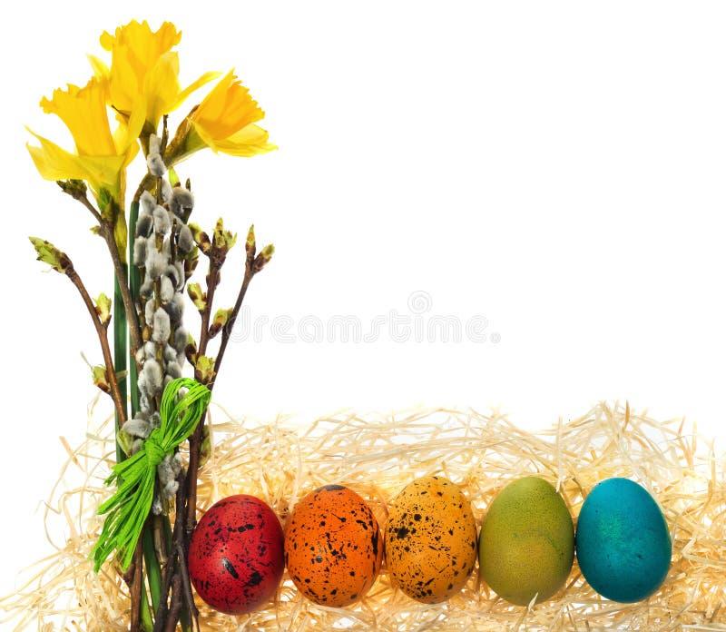 Wielkanocnych jajek ręka malował z bukietem kwiatów daffodils, ca obrazy royalty free