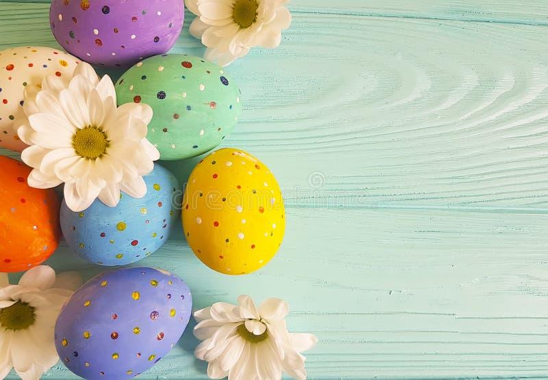 Wielkanocnych jajek tradyci kwiatów wieśniaka wzoru tła błękitny drewniany miejsce dla teksta obrazy royalty free