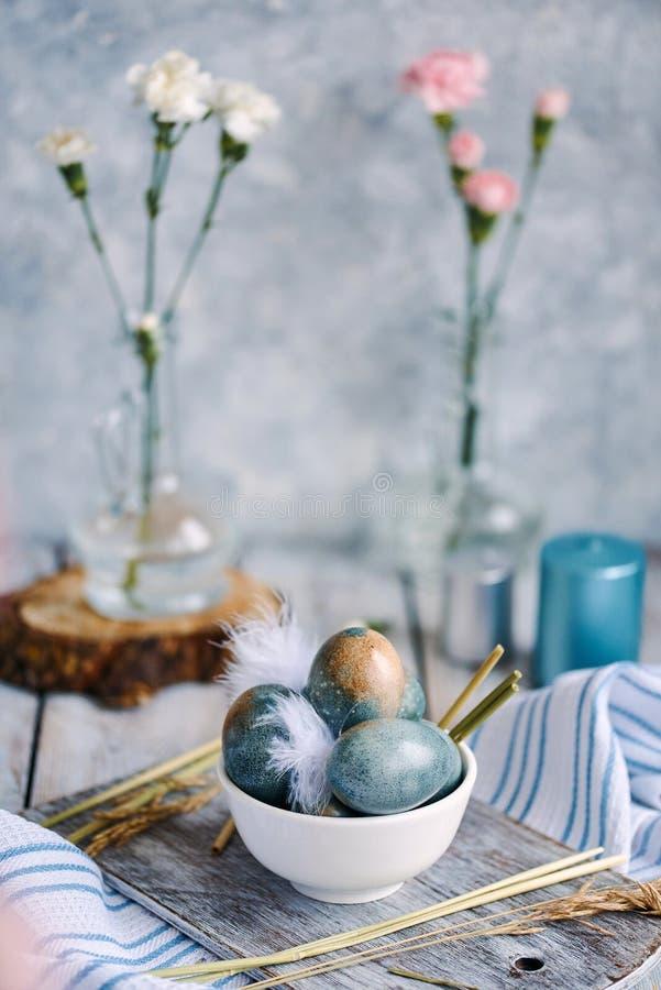 Wielkanocy barwioni jajka w białej filiżance fotografia stock