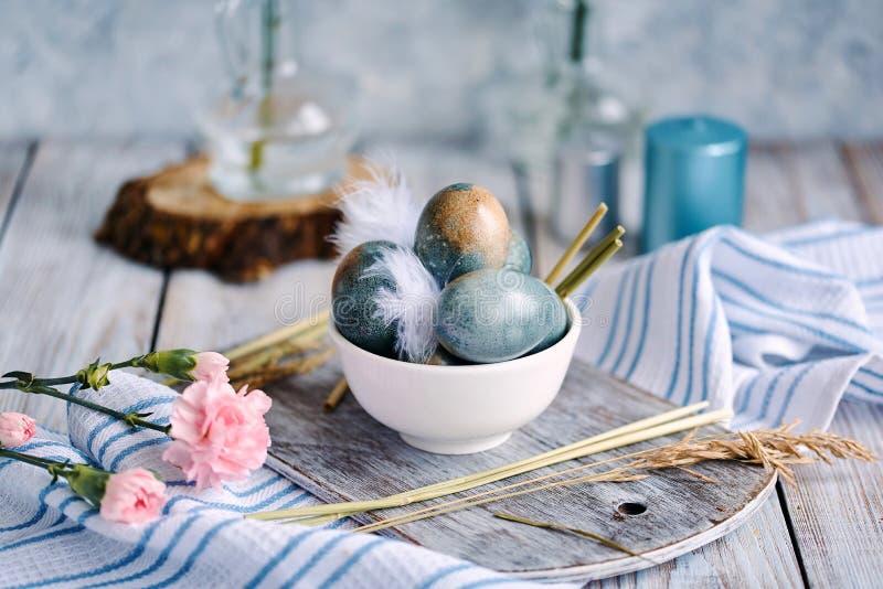 Wielkanocy barwioni jajka w białej filiżance zdjęcie royalty free