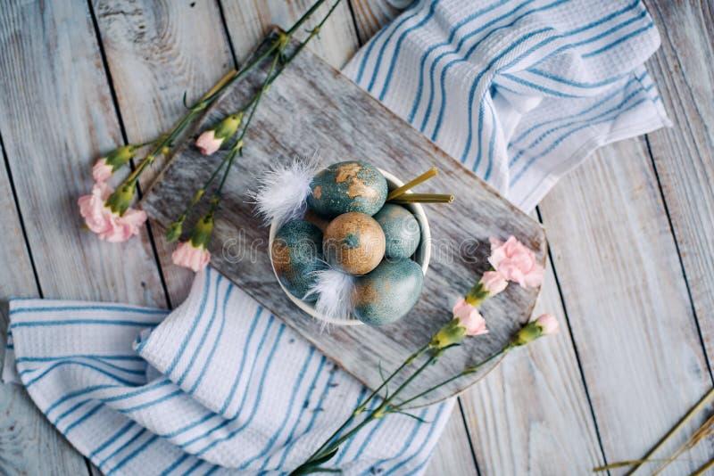 Wielkanocy barwioni jajka w białej filiżance obrazy stock