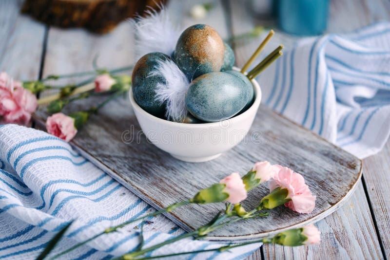 Wielkanocy barwioni jajka w białej filiżance zdjęcia stock