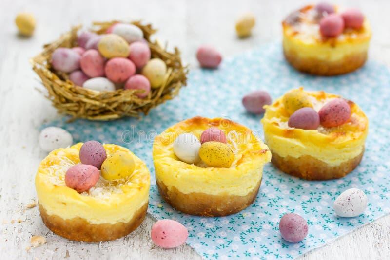 Wielkanocy gniazdeczko zasycha z kolorowymi czekoladowego cukierku jajkami na świątecznym zdjęcie stock