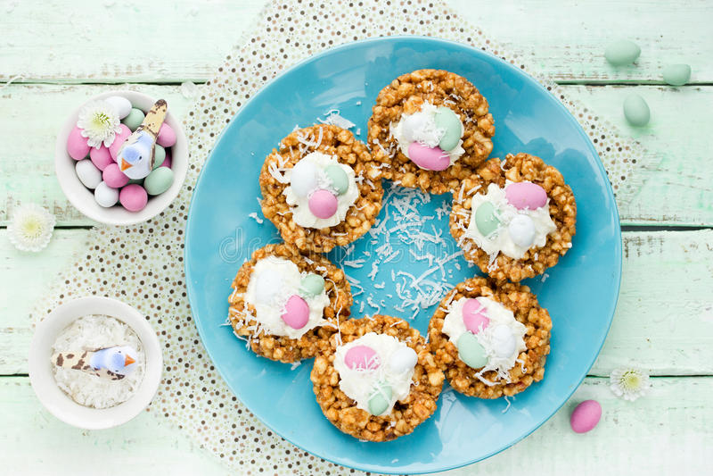 Wielkanocy gniazdowi ciastka obrazy royalty free