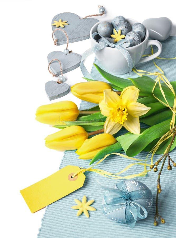 Wielkanocy granica z żółtymi tulipanami i mlecznoniebieską wiosny dekoracją obraz stock