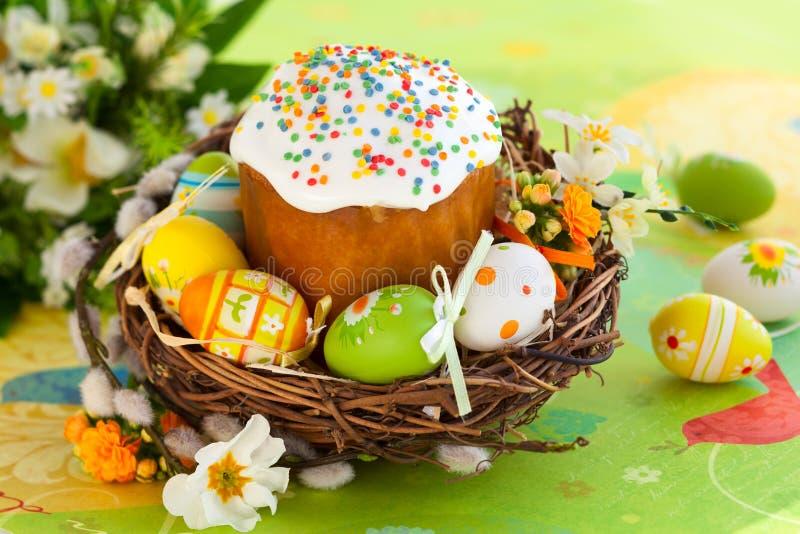 Wielkanocy jajka i tort zdjęcia stock