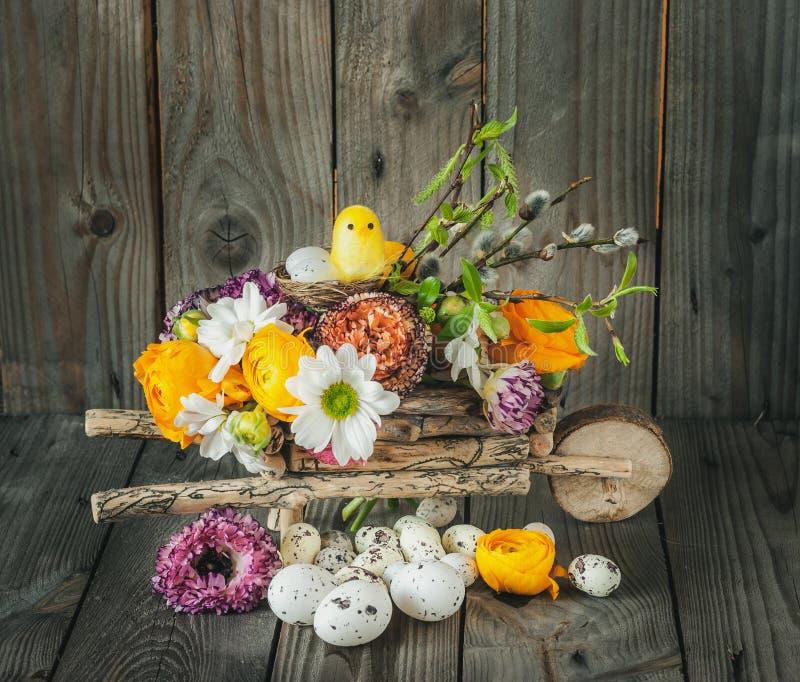 wielkanocy Kwiecista dekoracja z Kolorowymi kwiatami, jajkami i kurczątkiem, obrazy stock