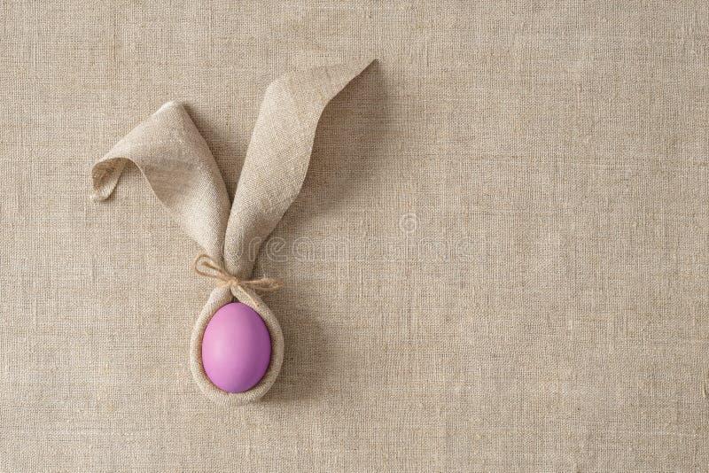 Wielkanocy stołowa dekoracja z pieluchą w postaci królików jajek i ucho Świąteczny minimalizm obraz royalty free