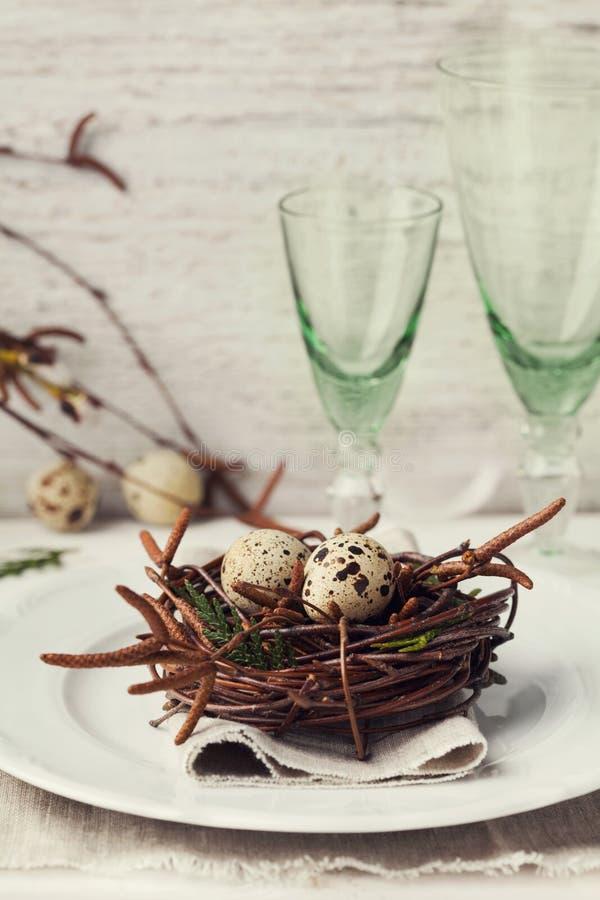 Wielkanocy stołowy położenie z jajkami i wiosny dekoracja na nieociosanym tle obrazy royalty free