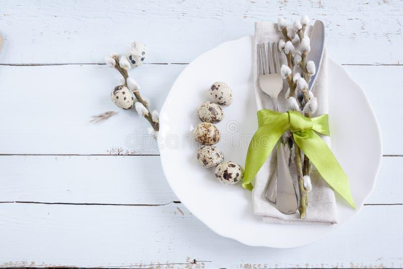 Wielkanocy stołowy położenie z kwiatami, jajkami i cutlery wiosny, obrazy stock