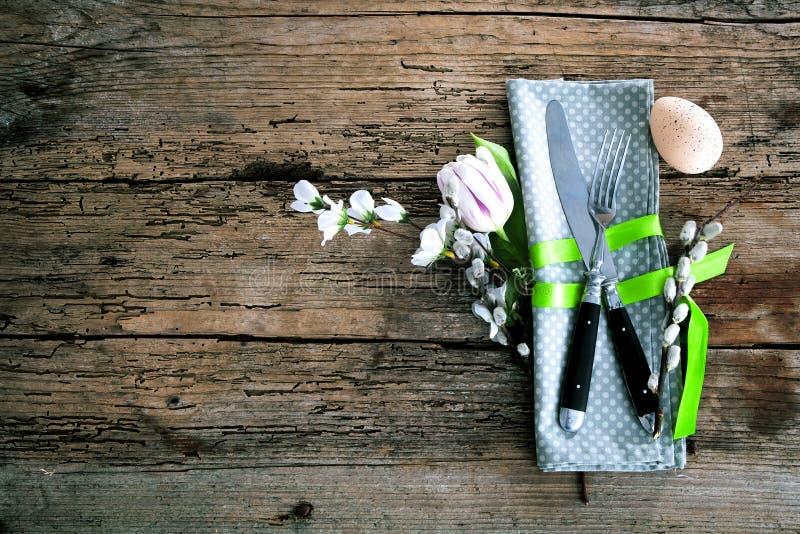 Wielkanocy stołowy położenie z wiosny cutlery i kwiatami Wakacji b obraz stock