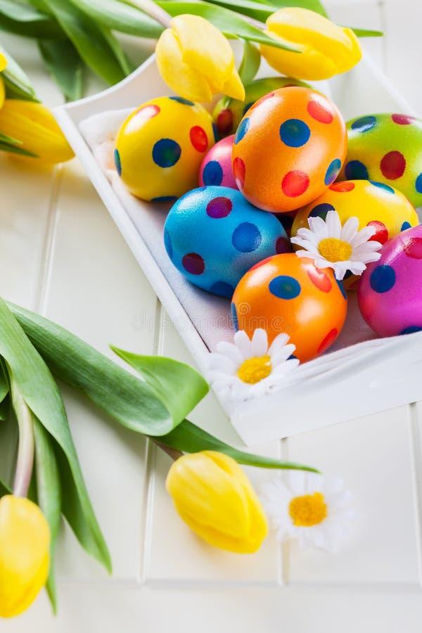 Wielkanocy wciąż życie z świeżymi tulipanami zdjęcia royalty free