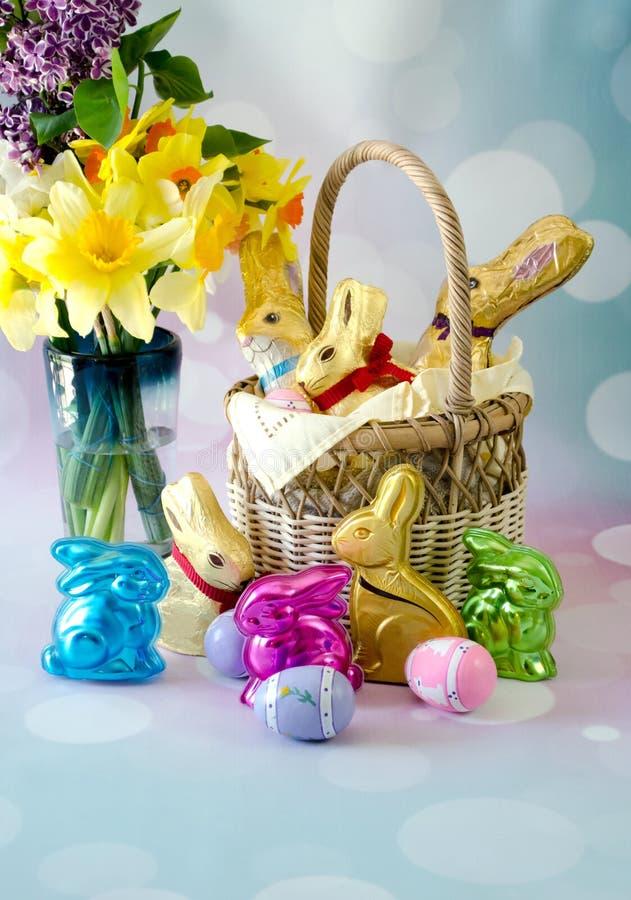 Wielkanocy wciąż życie z złocistymi czekoladowymi królikami i dekoracjami fotografia stock