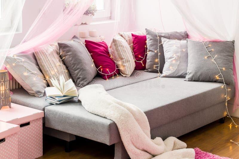 Wielki łóżko z dekoracyjnymi poduszkami fotografia royalty free