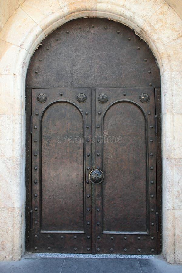 Wielki żelazny drzwi z krzyżami na rękojeściach zdjęcia stock