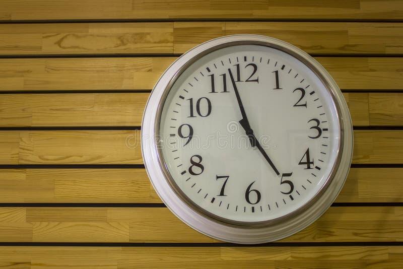 Wielki biały round zegar z w górę strzał na żółtej drewnianej deski ścianie Horyzontalne linie naturalna tekstury powierzchnia zdjęcie stock