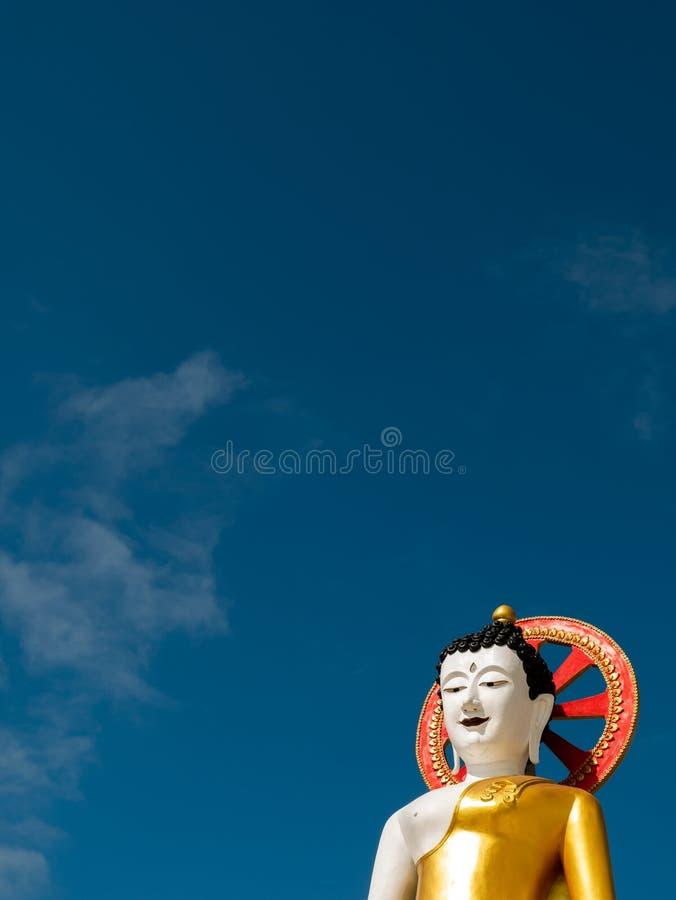 Wielki Biały Siedzący Buddha za niebem obrazy royalty free