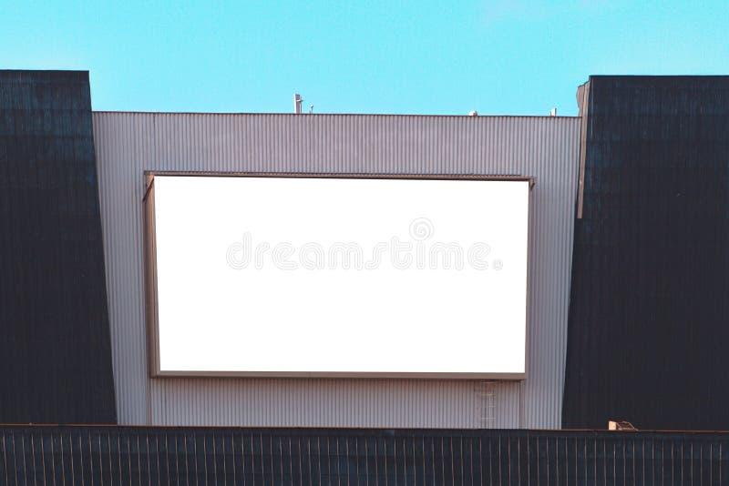 Wielki billboard na ścianie budynek w mieście, wyśmiewa up obrazy stock