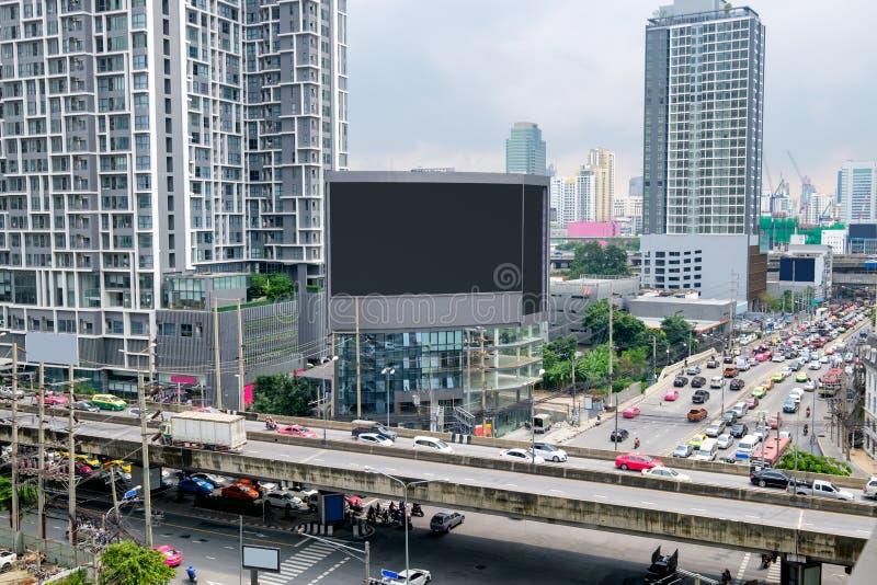 Wielki billboard na budynku z zatłoczonym ruchem drogowym w Bangkok obrazy royalty free