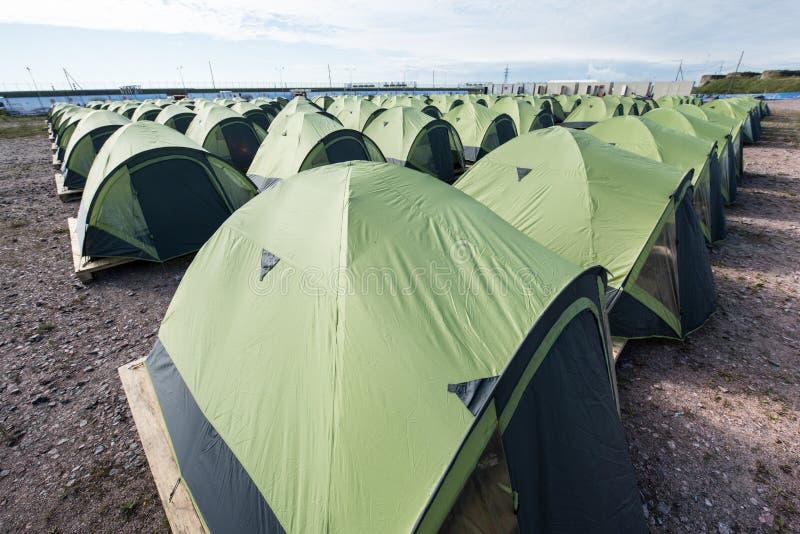 Wielki campsite ten sam namioty wykładający w górę z rzędu zdjęcia stock