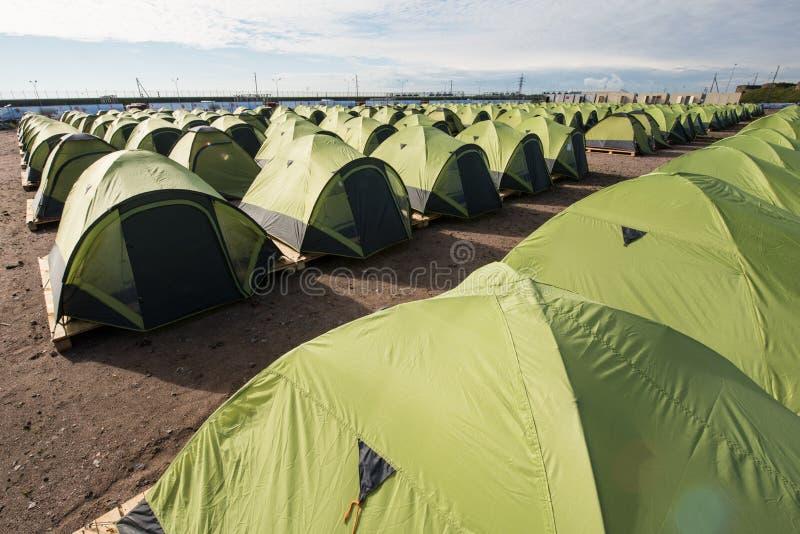 Wielki campsite ten sam namioty wykładający w górę z rzędu obrazy stock
