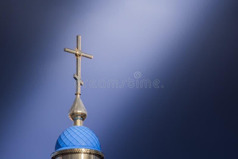 Wielki chrześcijanina krzyż na którym spada promień słońce przez chmur zdjęcie stock