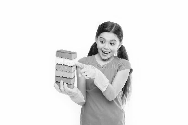 Wielki dla my? naczynia Gospodarstwo domowe obowi?zki Ma?e gospodyni mienia naczynia g?bki w gumowych r?kawiczkach Ma?y housemaid fotografia royalty free