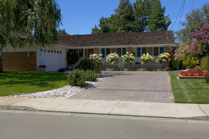 wielki dom w stylu ranczo róże zdjęcie royalty free