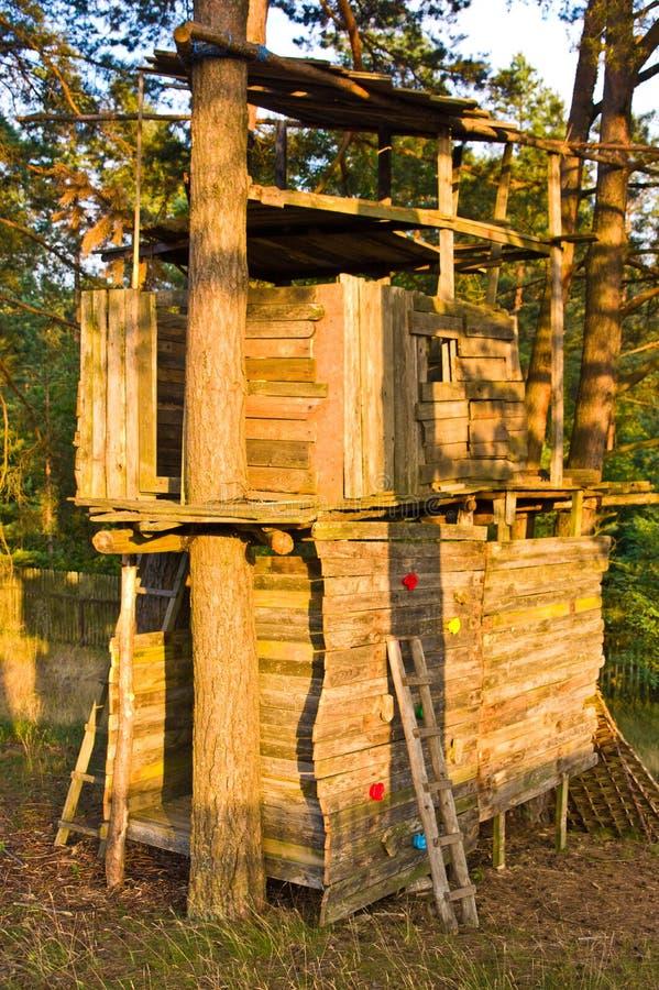 Wielki drewniany drzewny dom z wspinaczkową ścieżką obraz royalty free