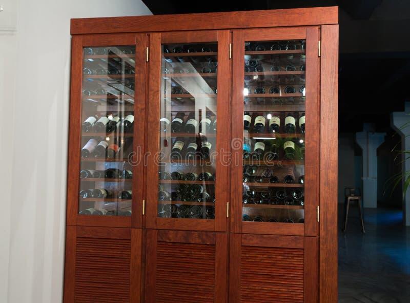 Wielki drewniany wino stojak w restauracji zdjęcia stock