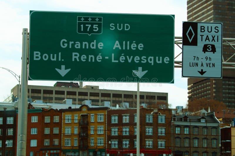 Wielki drogowy podpisuje wewnątrz tło budynki w Montreal zdjęcie stock