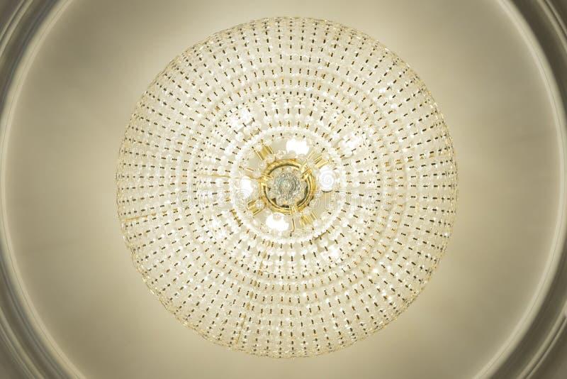 Wielki elektryczny świecznik robić szklani koraliki na białym decorat obraz stock