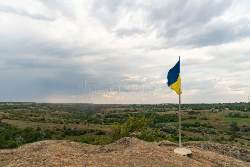 Wielki granitowy jar Wioska Aktove Ukraina Pi?kny kamienia krajobraz Kniaź flaga na górze falezy obrazy stock