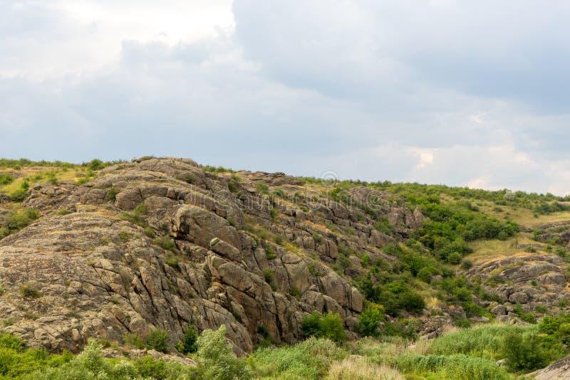 Wielki granitowy jar Wioska Aktove Ukraina Pi?kny kamienia krajobraz zdjęcie royalty free