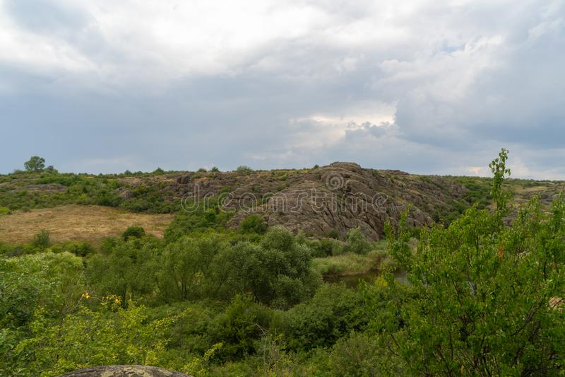 Wielki granitowy jar Wioska Aktove Ukraina Pi?kny kamienia krajobraz fotografia stock