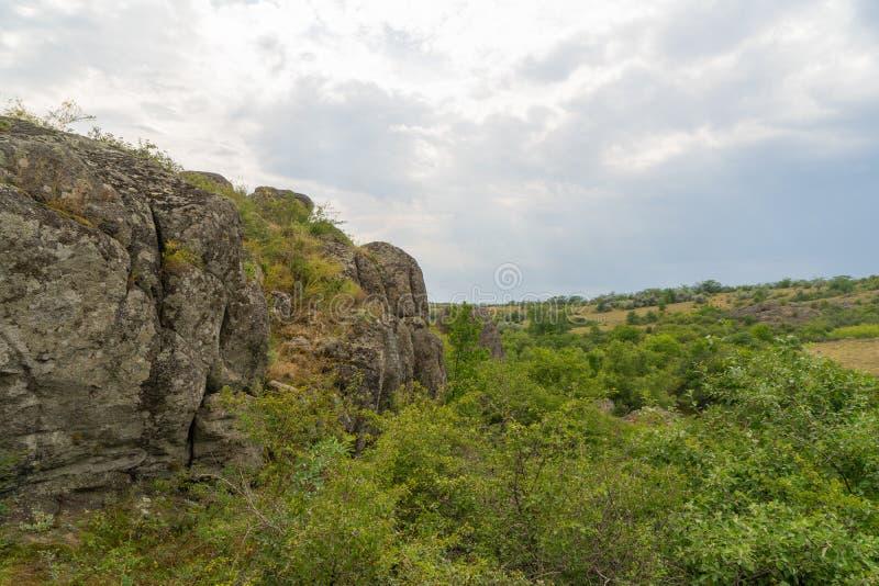 Wielki granitowy jar Wioska Aktove Ukraina Pi?kny kamienia krajobraz zdjęcia stock