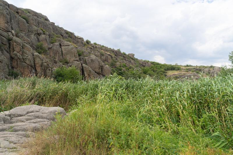 Wielki granitowy jar Wioska Aktove Ukraina Pi?kny kamienia krajobraz obraz royalty free