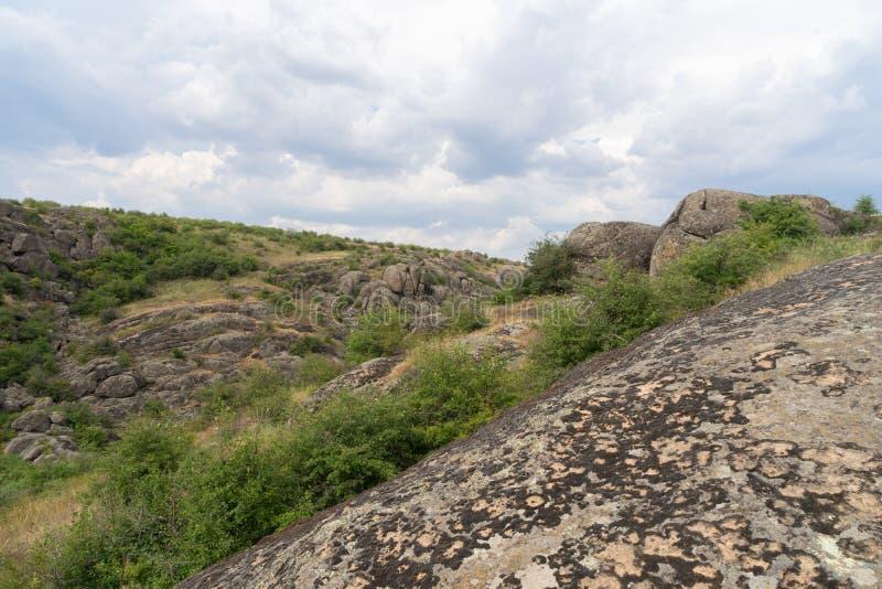 Wielki granitowy jar Wioska Aktove Ukraina Pi?kny kamienia krajobraz fotografia royalty free
