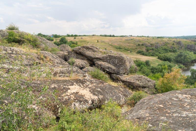 Wielki granitowy jar Wioska Aktove Ukraina Pi?kny kamienia krajobraz obraz stock