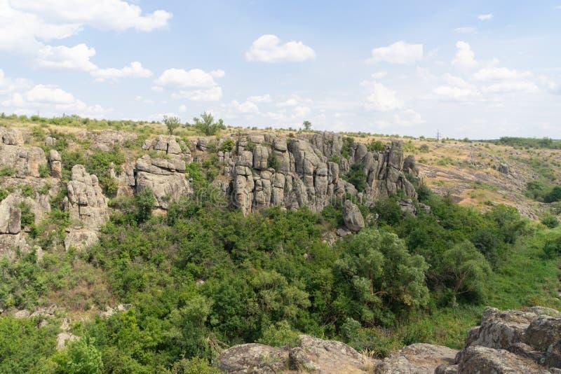 Wielki granitowy jar Wioska Aktove Ukraina Pi?kny kamienia krajobraz zdjęcie stock