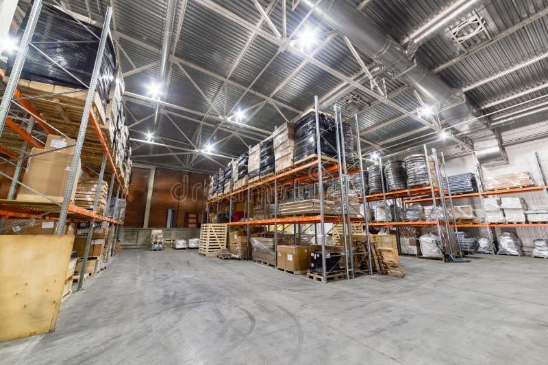 Wielki hangaru magazyn przemysłowy i logistyk firmy obrazy royalty free