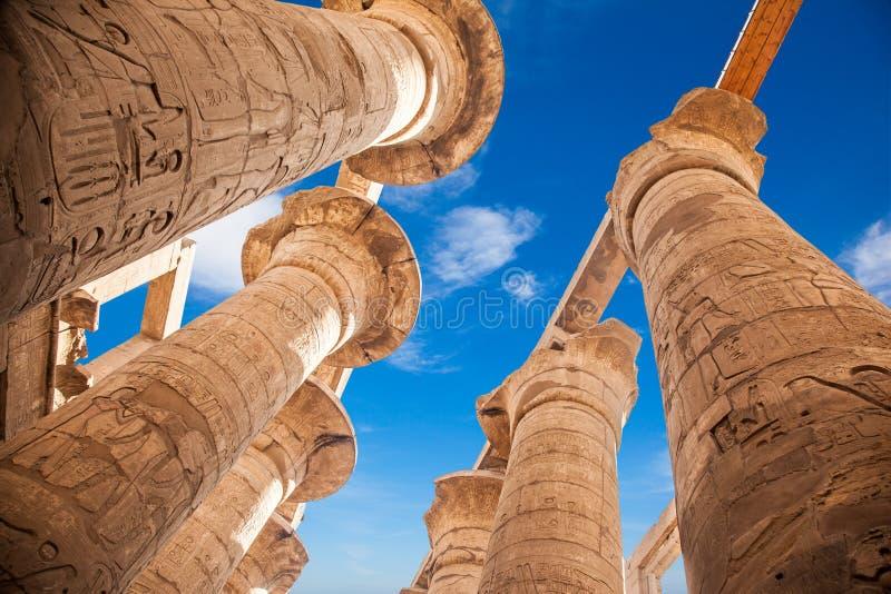 Wielki hipostyl Hall i chmury przy świątyniami Karnak obraz royalty free